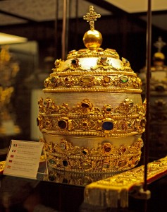 Papal_Tiara_with_silver_gems_pearls