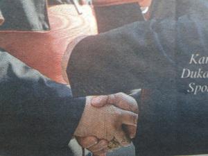 podanie rúk so slobodomurárskym gestom 3
